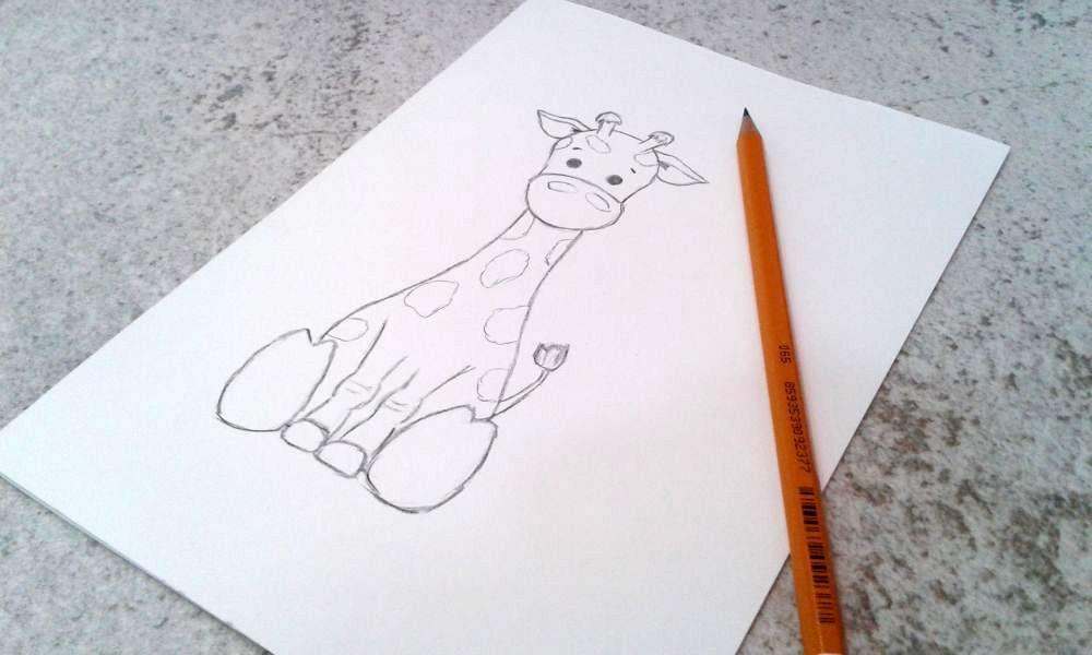 kartka narysowana własnoręcznie z żyrafą i naszyjnik pozłącany w kształcie żyrafy